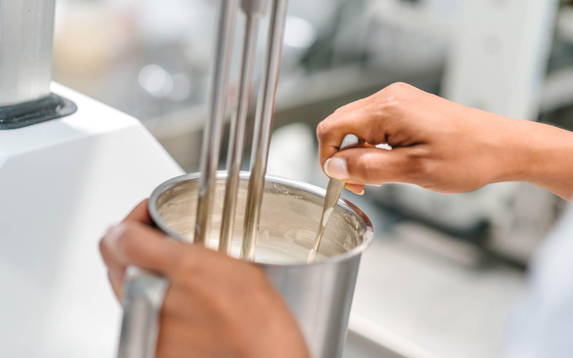 Il cliente segue tutte le fasi dello sviluppo della formulazione per la produzione cosmetici